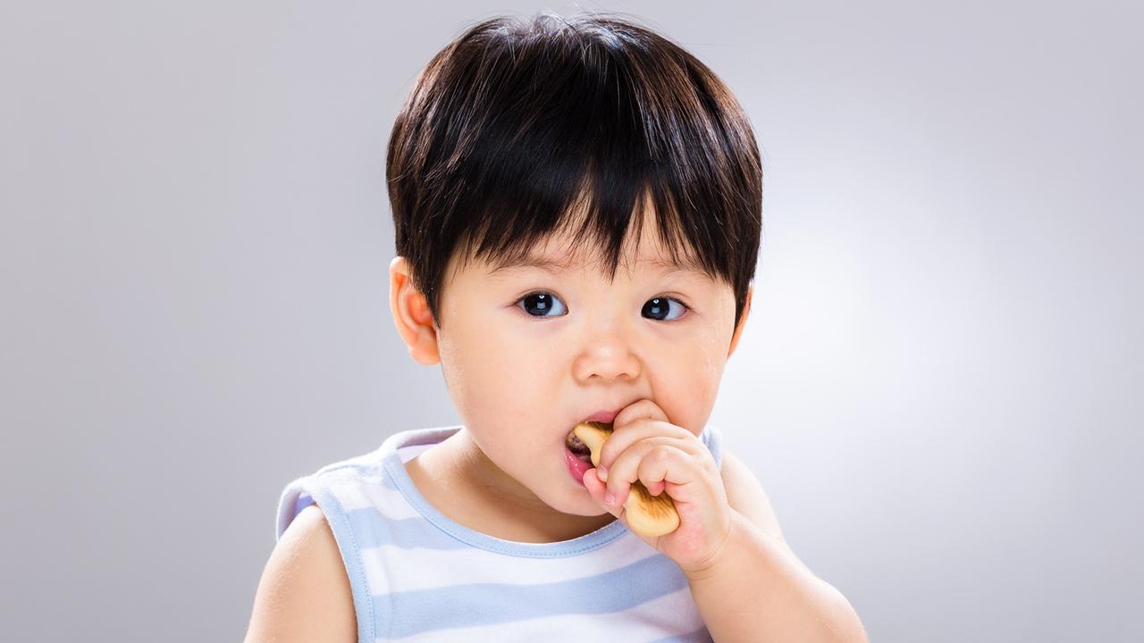 Bayi makan camilan.