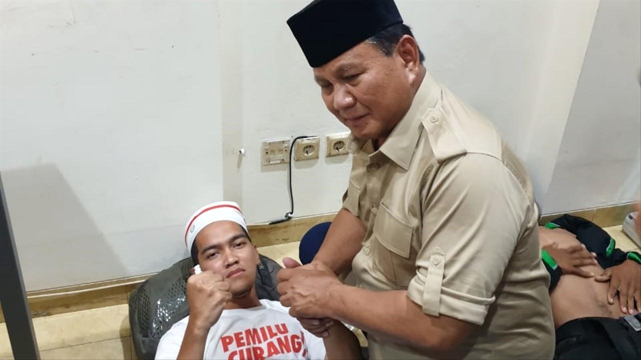Prabowo menemui Fadhan, salah satu peserta aksi yang tumbang karena gas air mata di Rumah Aspirasi di Cut Mutia.
