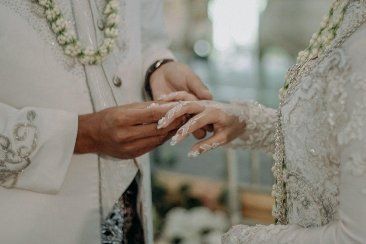 adults-bride-bride-and-groom-3010409.jpg