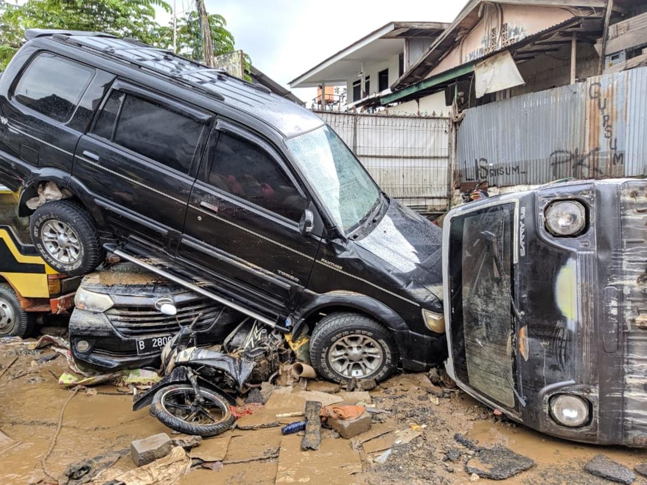 Mobil yang rusak terdampak banjir