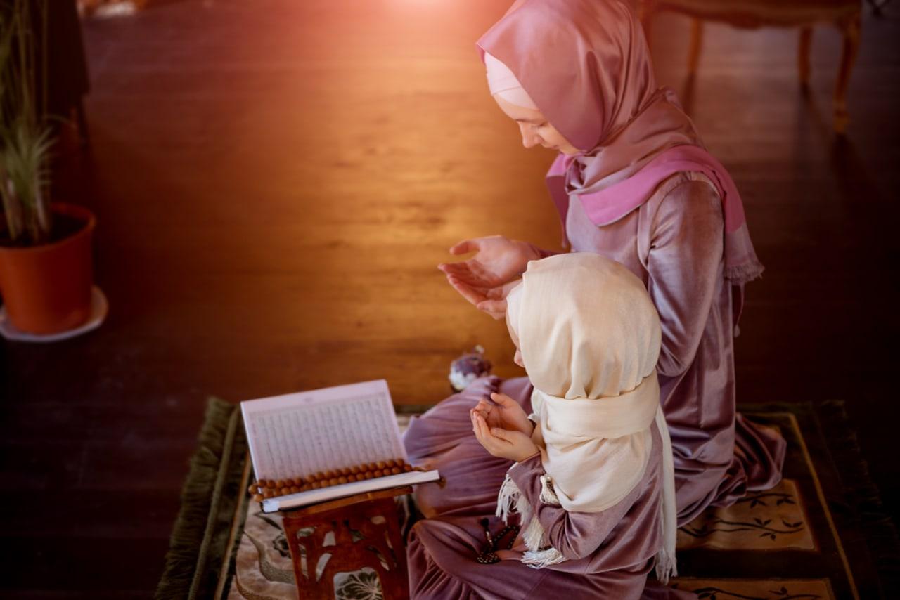 Ilustrasi mengajarkan anak berdoa
