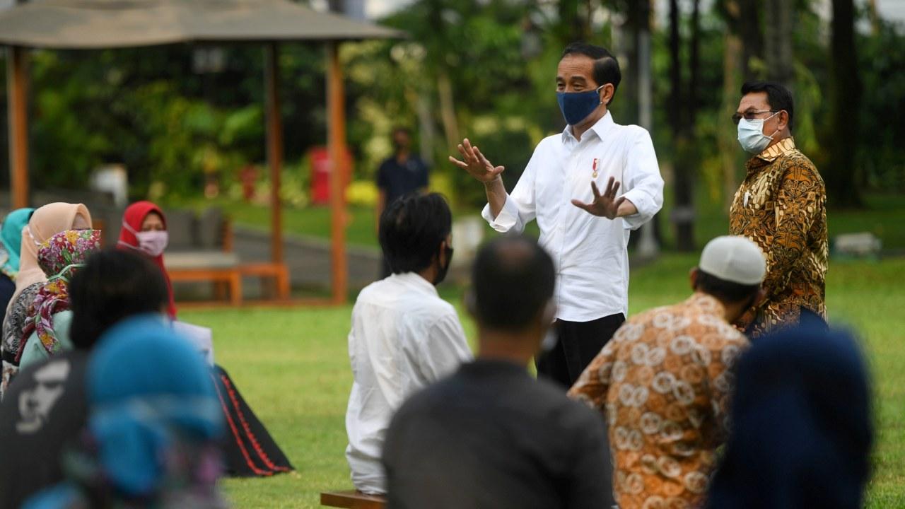 Jokowi bagikan bantuan modal kerja