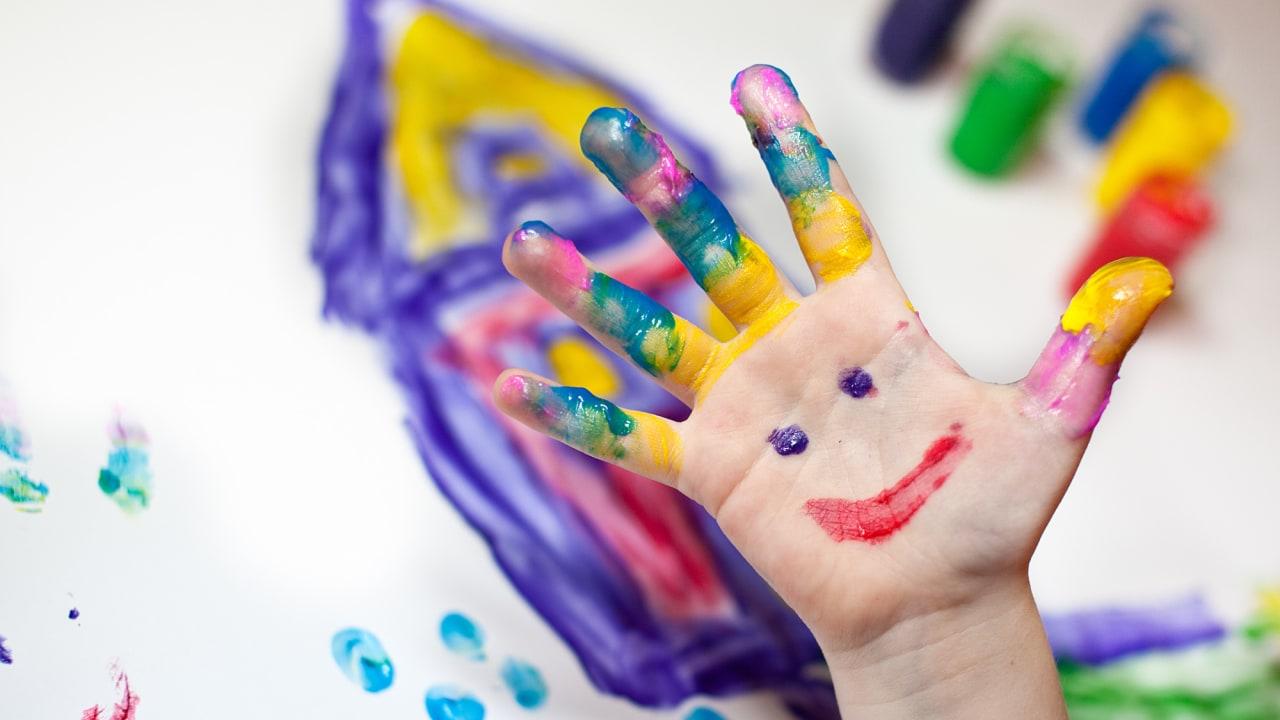 Ilustrasi anak bermain finger painting