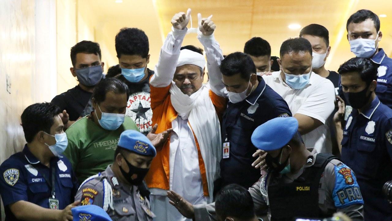 Habib Rizieq menuju mobil tahanan