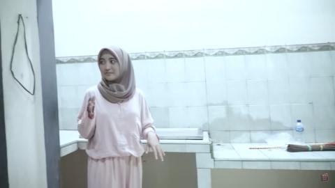 Melihat Rumah Unik Milik Arafah Rianti, Ada Pintu hingga Boneka yang Menggantung (12)
