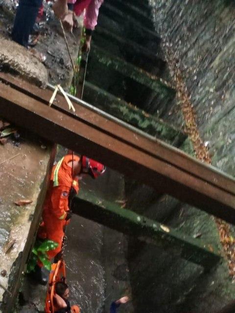 Pemotor Alami Luka Usai Masuk Parit Sedalam 4 Meter di Cilandak, Jaksel (2)