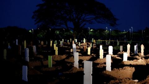 Pria Ini Temukan Rambut Manusia Keluar dari Kuburan Berusia 100 Tahun
