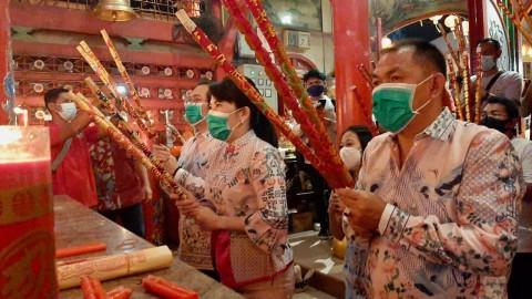 Foto: Ibadah Malam Tahun Baru Imlek di Singkawang