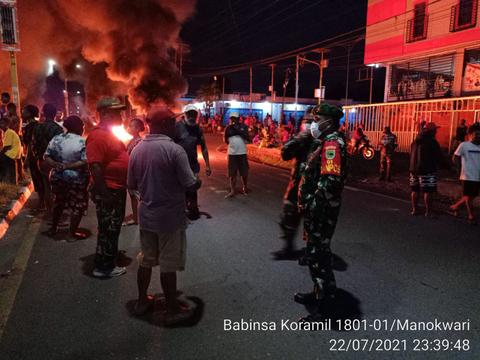 Rusuh di Manokwari, Warga Bakar Ban di Tengah Jalan (3)