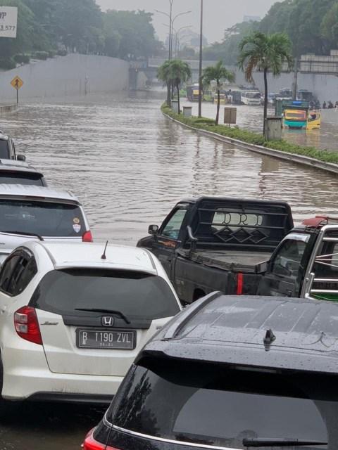 Cerita Warga Terjebak Macet 1,5 Jam karena Banjir di Tol JORR, Mesin Dimatikan