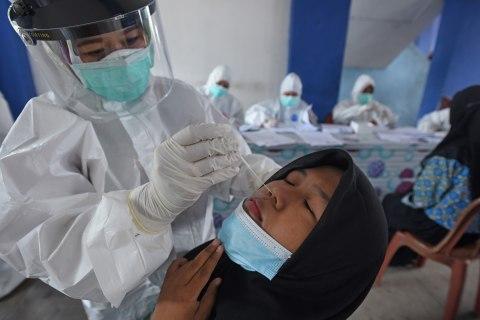 Foto: Pemeriksaan Tes Antigen Penumpang Bus di Terminal Pakupatan, Serang