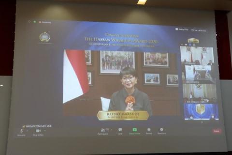 Berjasa Lindungi WNI di China, Dubes Djauhari Terima Penghargaan Hassan Wirajuda (3)