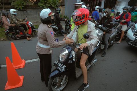 WNA di Bali Mulai Patuhi Protokol Kesehatan Usai Ada Ancaman Deportasi (1)
