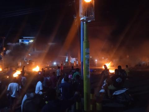 Rusuh di Manokwari, Warga Bakar Ban di Tengah Jalan (1)