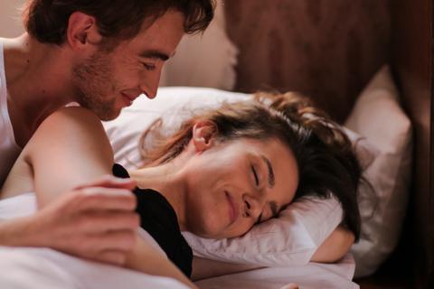 Jangan Langsung Tidur, Maksimalkan Bercinta dengan 6 Tips Afterplay Ini (2)