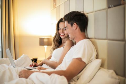 Jangan Langsung Tidur, Maksimalkan Bercinta dengan 6 Tips Afterplay Ini (3)