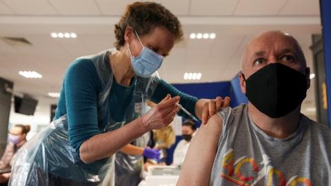 Sudah 10 Juta Warga Inggris Disuntik Vaksin Corona Dosis Pertama  (2)