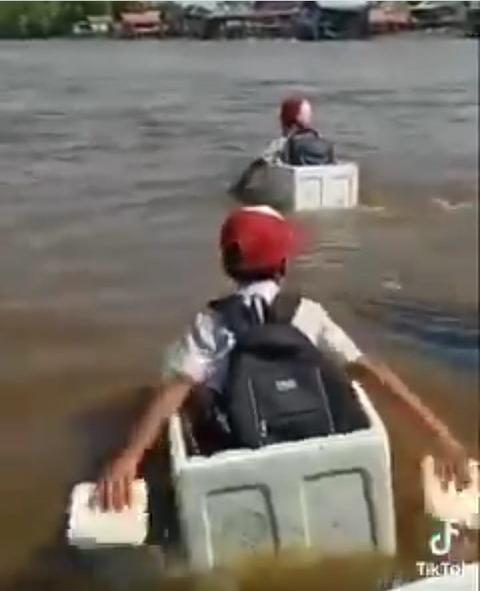 Momen Anak-anak Pulang Sekolah Seberangi Sungai Pakai Styrofoam