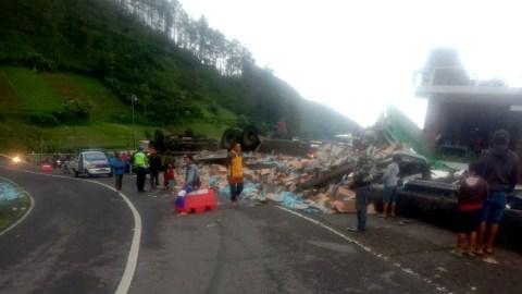 Truk Muatan Minuman Isotonik Terguling di Tawangmangu, Sejumlah Orang Menjarah