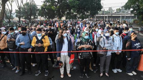Foto: Antrean Panjang Penumpang KRL di Stasiun Bekasi