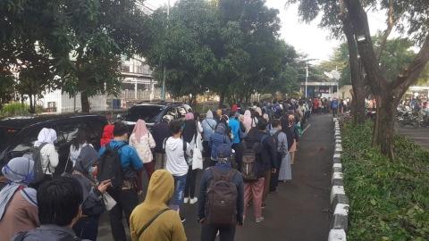 Foto: Antrean Panjang Penumpang KRL di Stasiun Bekasi  (2)