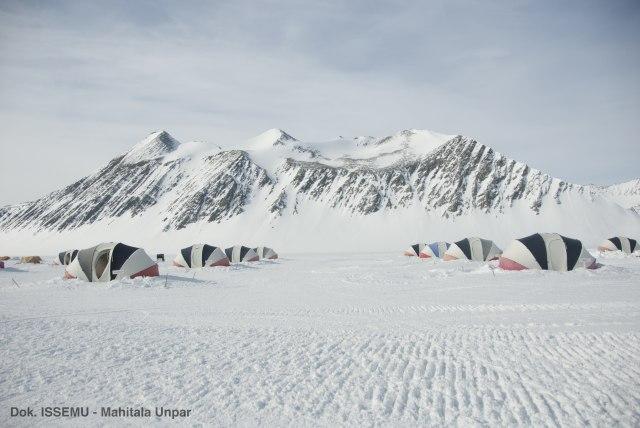 2 Mahasiswi Indonesia Kibarkan Merah Putih di Puncak Antartika (107391)