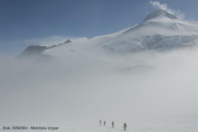 2 Mahasiswi Indonesia Kibarkan Merah Putih di Puncak Antartika (107392)