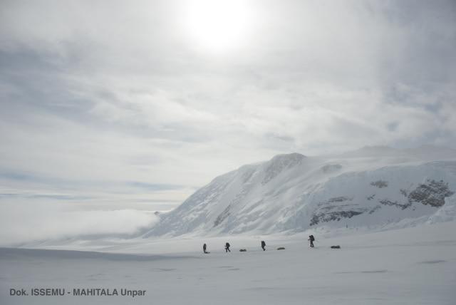 2 Mahasiswi Indonesia Kibarkan Merah Putih di Puncak Antartika (107393)