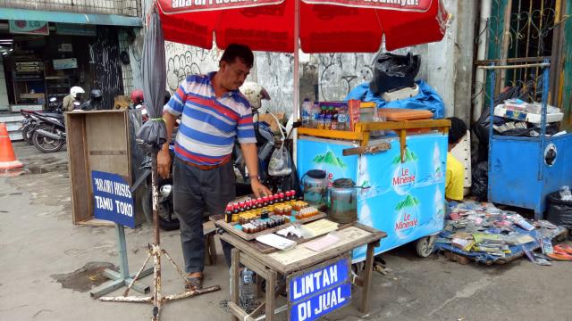 Mencari Sehat dengan Terapi Lintah di Pasar Jatinegara (23036)