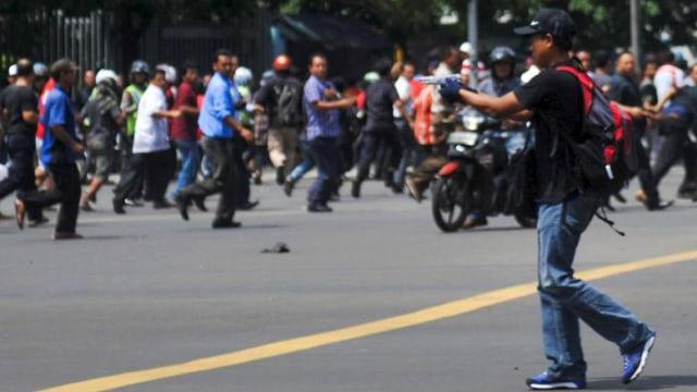 Bom Thamrin; teroris menodongkan pistol ke massa.