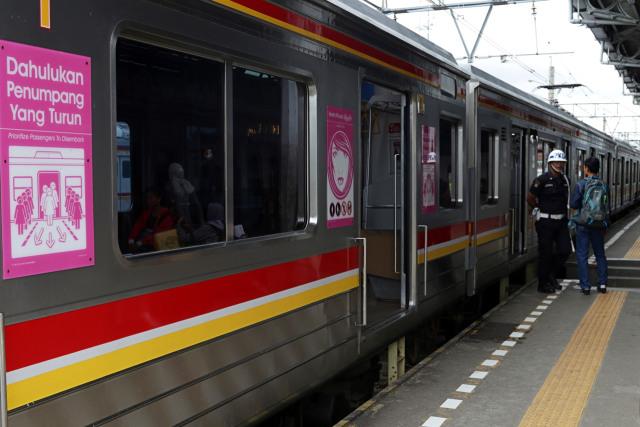 Siapa yang Berkelahi di Commuter Line Akan Diturunkan! (42162)