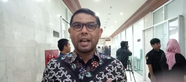 Hujan Pantun Warnai Rapat Finalisasi UU Antiterorisme di DPR (100461)