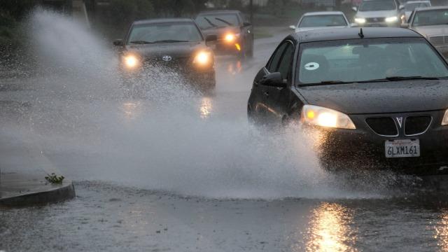 Simak, Kiat Aman Mengemudi Mobil di Situasi Hujan Deras (89919)