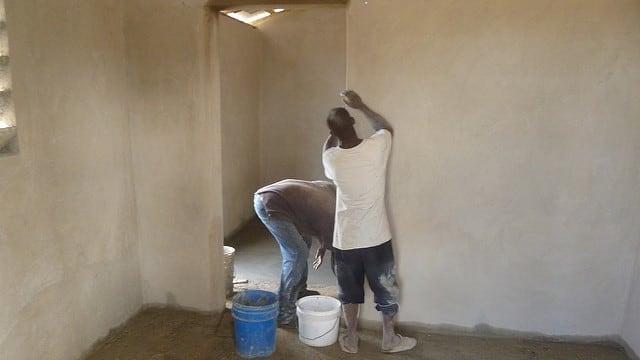 Tukang bangunan bekerja