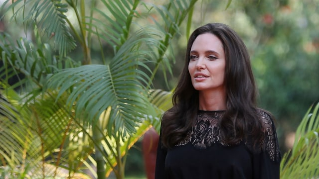 5 Rahasia Kecantikan Angelina Jolie: Perawatan Kulit Sejak Usia 11 Tahun (50473)