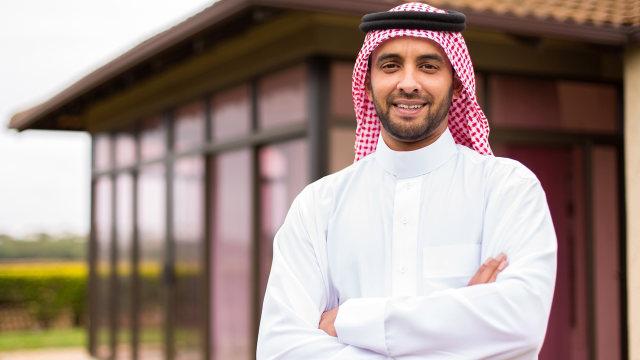 Mengenal Thawb, Gamis Pria Arab yang Menjadi Simbol Kesederhanaan (141301)