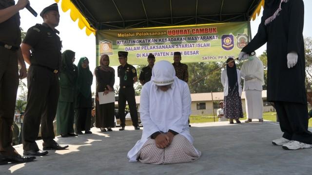 Terpidana pelanggar qanun menjalani hukum cambuk
