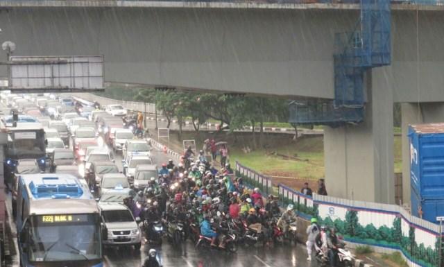 Musim Hujan, Pemotor Jangan Sembarang Berteduh atau Denda Rp 500 Ribu (823339)