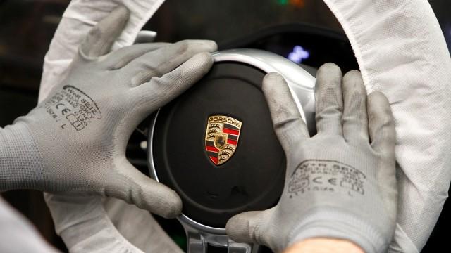 Pekerja yang Sedang Merakit Porsche 911