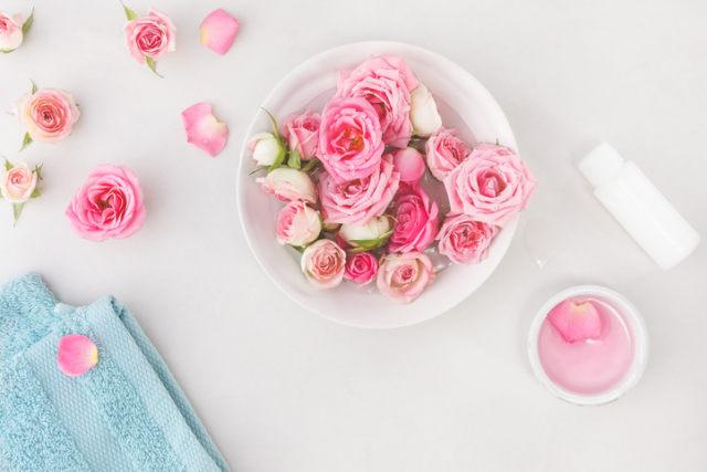 Tak Hanya Melembapkan, Ini 4 Manfaat Air Mawar untuk Perawatan Rambut (348306)