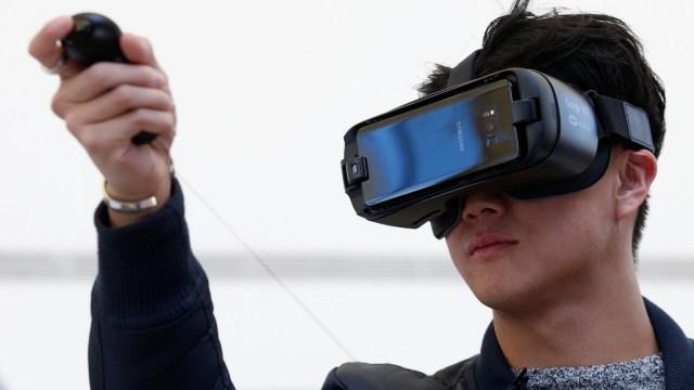 Seorang pria memakai Samsung Gear VR