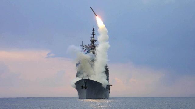 Ilustrasi kapal perang meluncurkan rudal tomahawk.