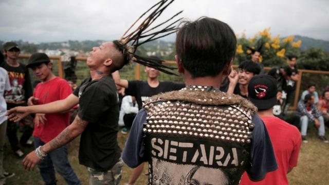 FOTO: Anak Punk Saleh di Bandung, Kegiatannya Konser dan Mengaji (1248089)