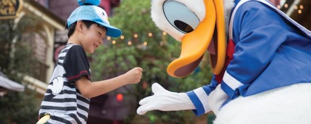 Bermain dengan Donald Duck di Disneyland Shanghai