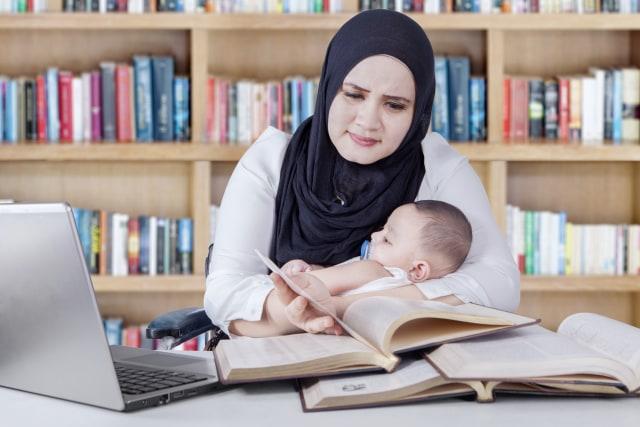 Ilustrasi ibu yang bekerja dengan anaknya