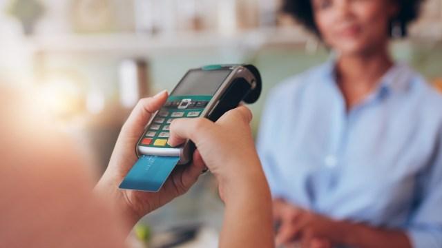 Agar Tak Kaget, Ketahui 7 Hal soal Biaya Gesek Kartu Kredit dan ATM di Mesin EDC (10406)