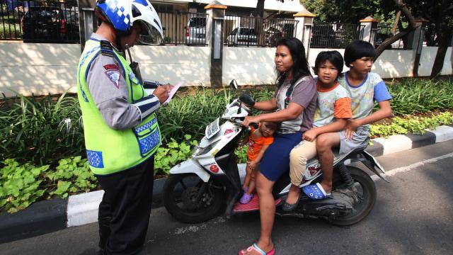 Hari ke-5 Operasi Patuh Jaya 2020, Mayoritas Pelanggar Pemotor Tak Pakai Helm (359749)
