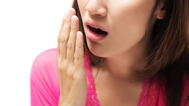 Sering Bau Mulut Setelah Bangun Tidur? Ketahui Penyebab & Cara Mengatasinya (1005884)