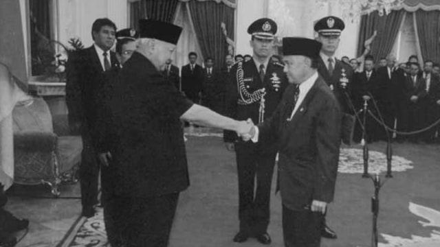 BJ Habibie dan Cerita Lengsernya Soeharto (755685)