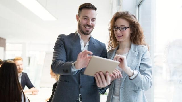 Menjalin hubungan asmara dengan kolega kerja